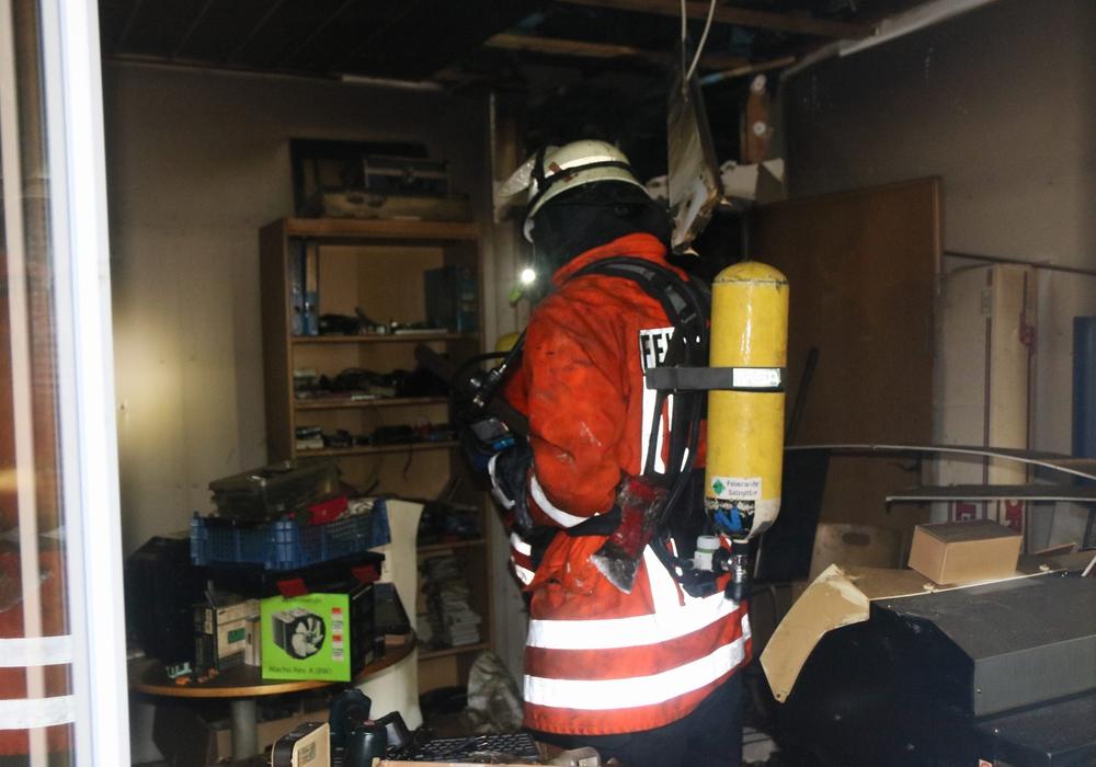 Der dicke Rauch machte es den Einsatzkräften schwer, den Brandherd zu lokalisieren. Fotos/Video: Rudolf Kaliczek
