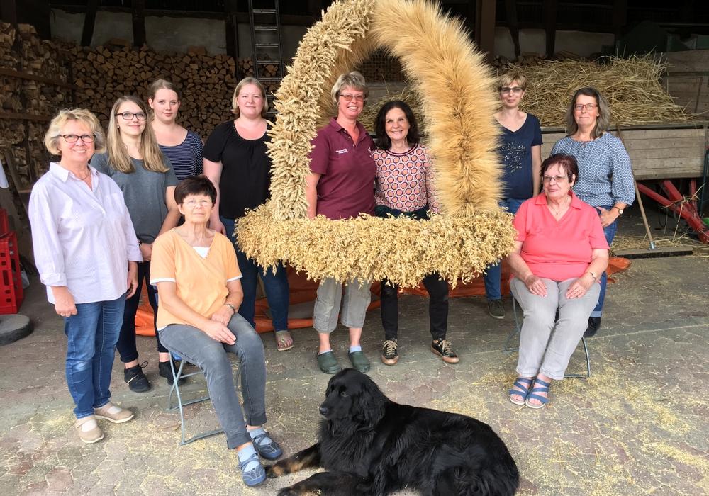 Zwölf Frauen haben eine riesige Erntekrone aus Weizen, Gerste und Hafer gebunden. Foto: Frank Oesterhelweg