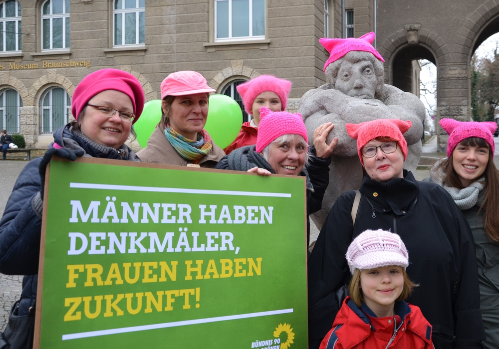 Die Aktion zum Weltfrauentag vor dem Städtischen Museum. Foto: Bündnis 90/Die Grünen