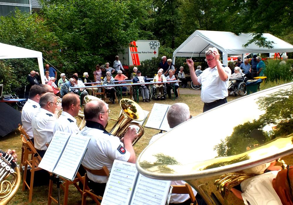 Auftritt des Polizeiorchesters Niedersachsen beim Sommerfest des DRK-Seniorenzentrums Edemissen im Ortsteil Oelheim. Foto: DRK Peine