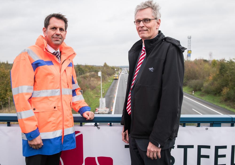 Olaf Lies, niedersächsischer Minister für Wirtschaft, Arbeit und Verkehr (links) zusammen mit Professor Dr. Karsten Lemmer, DLR-Vorstand für Verkehr und Energie. Fotos: DLR