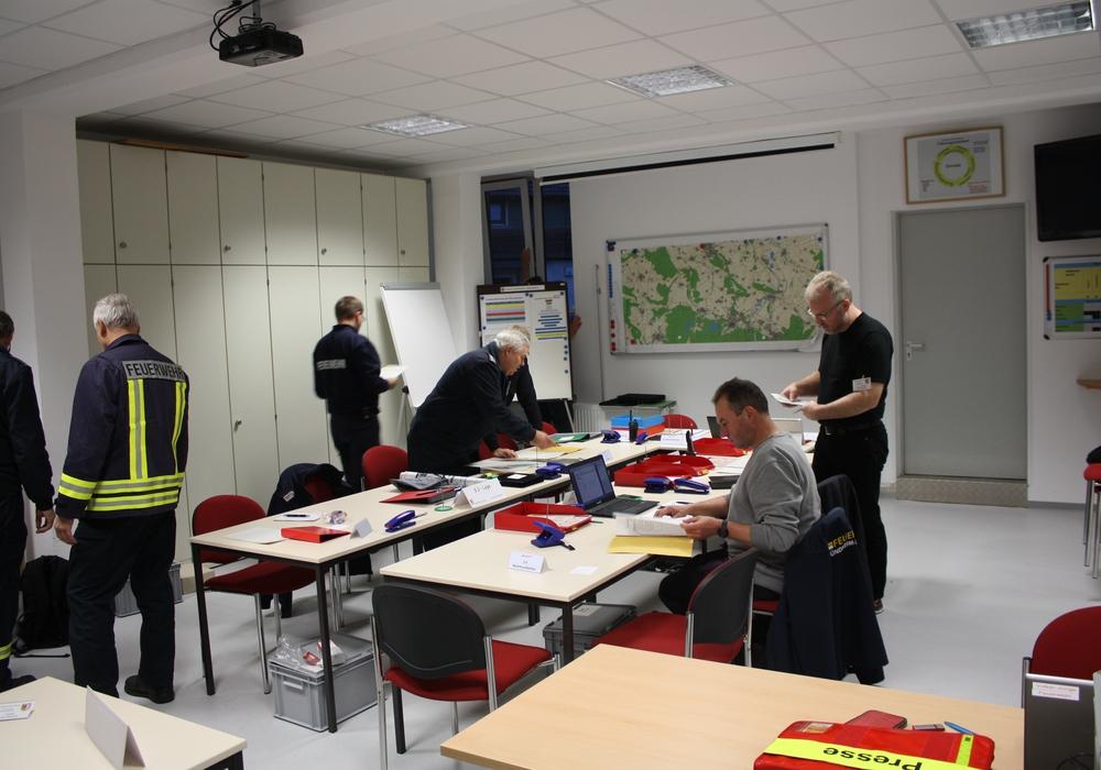 Zusammenkommen der einzelnen Einsatzkräfte mit Vorbereitung der einzelnen Sachgebiete. Bildmaterial: Kreisfeuerwehr Goslar