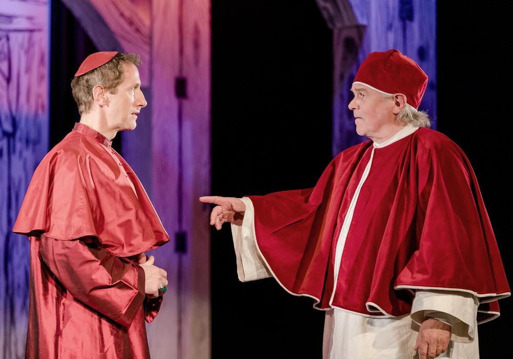 """Armin Jung und Reinhard Froboess spielen in """"Martin Luther & Thomas Münzer"""" im Stadttheater. Foto: Loredana La Rocca"""