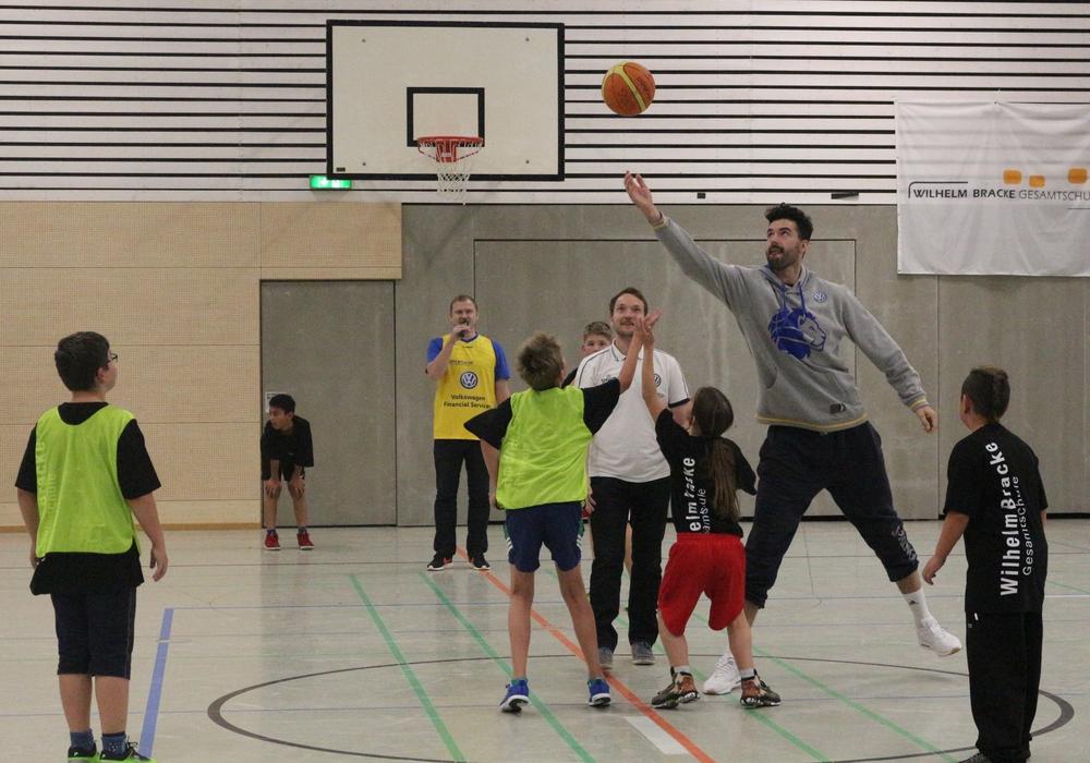 Jannik Freese im Kreise der Basketball AG - leichtes Missmatch. Fotos: Robert Braumann