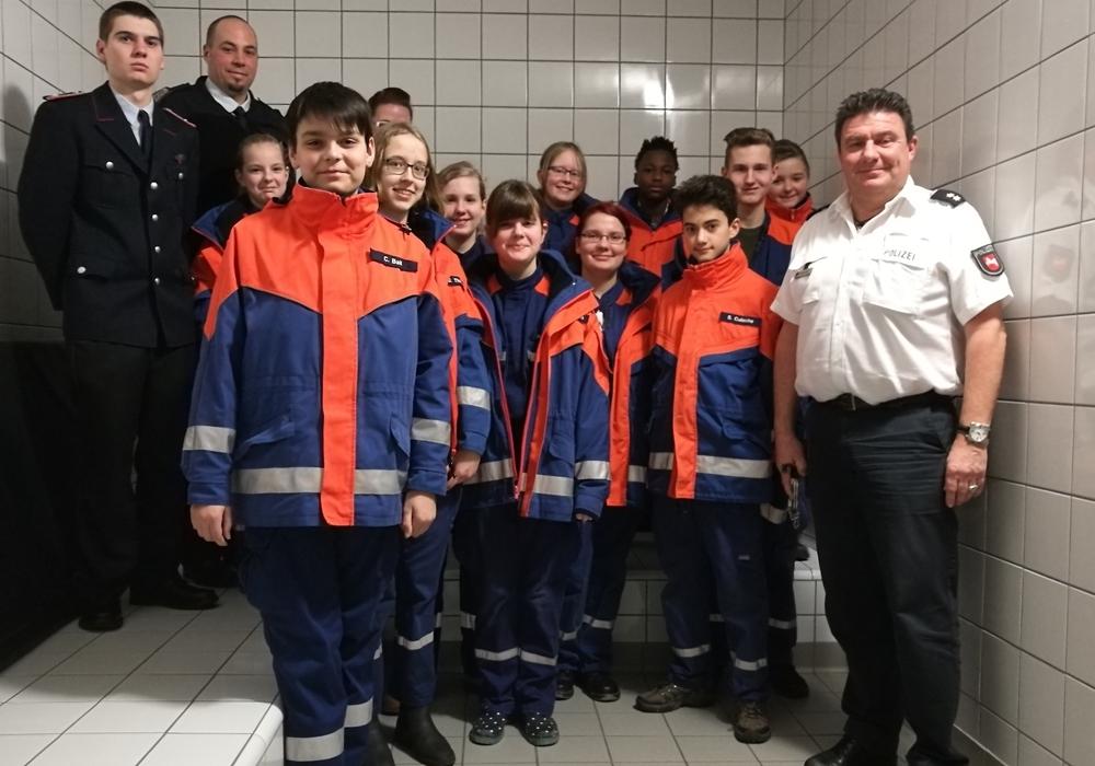 Frank Oppermann (re.) mit den Kindern und Betreuern. Foto: Jugendfeuerwehr Adersheim