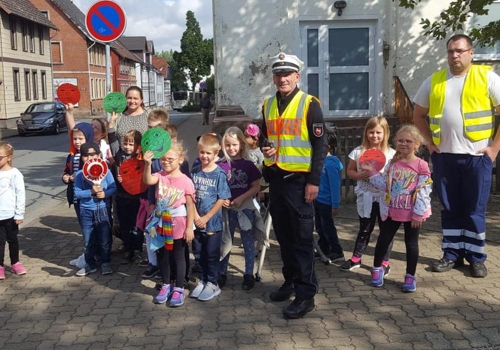 Schülerinnen und Schüler mit ihren Lehrerin, Ralf Buchmeier und einem Vertreter der Verkehrsüberwachung des Landkreises Goslar.  Bildrechte: Polizei Goslar.