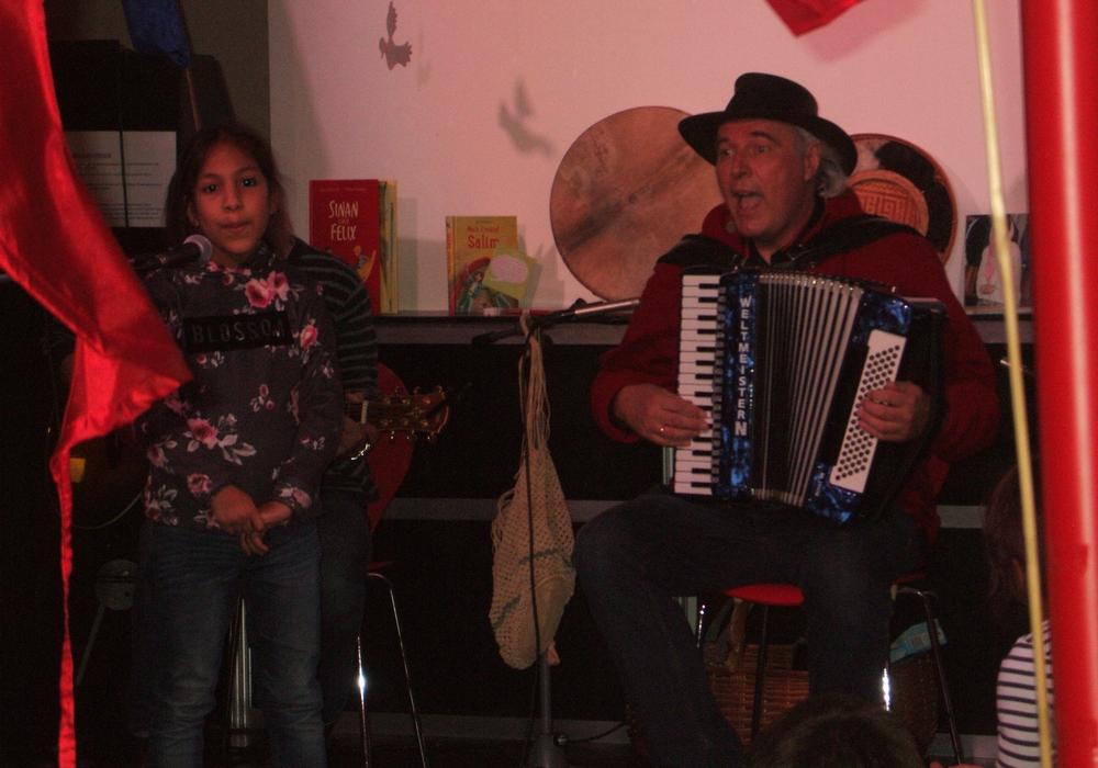 Der Liedermacher Unmada Kindel und das spanische Besucherkind Irene singen gemeinsam. Foto: Privat