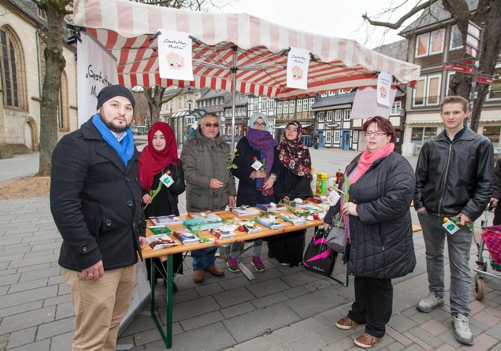 Muslime der Islamischen Gemeinschaft aus Goslar kommen in der Rosentorstraße mit Bürgern ins Gespräch. Foto: Alec Pein