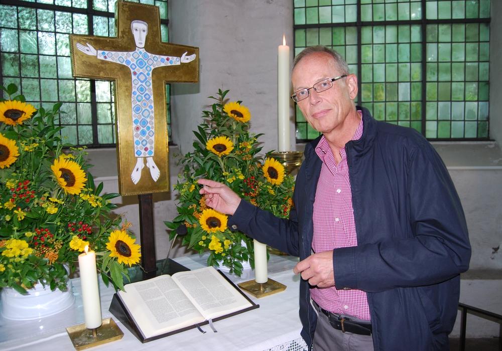 Kirchenführung in Eddesse. Hier: Dr. Detlef Neuhaus. Foto: Kirchenkreis Peine