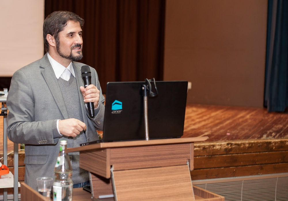 Dr. Ali Özgür Özdil in der Adolf-Grimme Schule. Foto/Video: Alec Pein