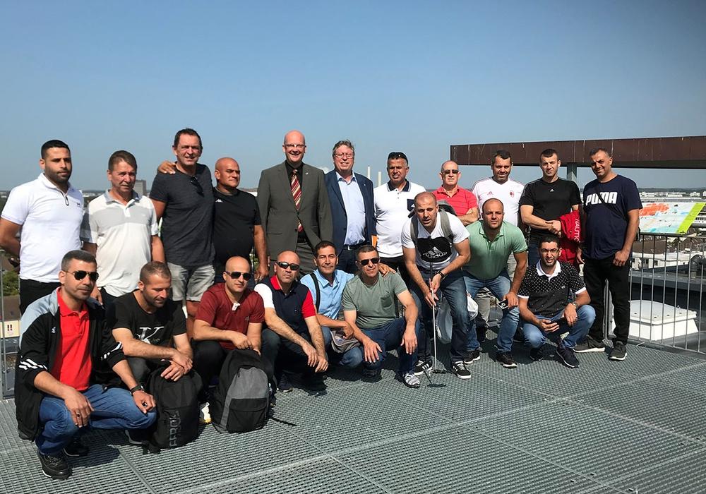 Bürgermeister Ingolf Viereck (hintere Reihe, 5. v. l.) begrüßte eine Senioren-Fußballmannschaft aus der israelischen Stadt Tira im Rathaus. Foto: Stadt Wolfsburg