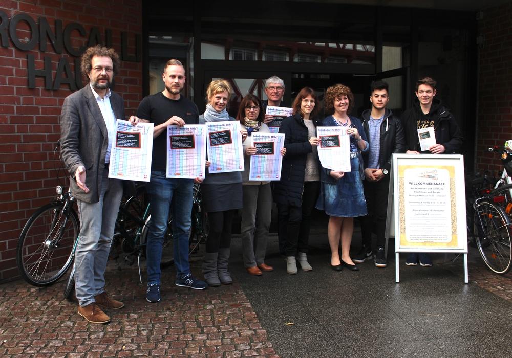 Organisatorin Viola Bischoff (3. v. re.) mit einigen der Partner, die die Interkulturellen Höfe veranstalten. Foto: Alexander Dontscheff