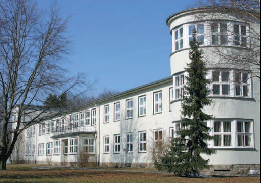 """Das mittlerweile abgerissene """"Offizierskasino"""" auf dem ehemaligen Fliegerhorst Gelände. Foto: UNSER HARZ"""