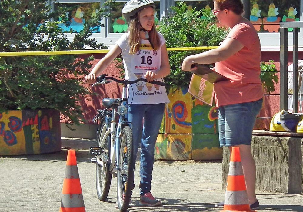 Mercedes Lewandowski mit der Moderatorin Sabrina Königsmann vor dem Start in der Friedrichstraße (2016). Archivfoto: Verkehrswacht Helmstedt