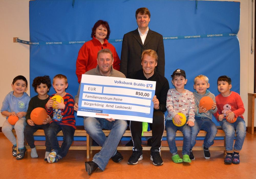 Arnd Laskowski überreichte einen Scheck in Höhe von 850 Euro ans Familienzentrum Peine. Foto: Familienzentrum Peine