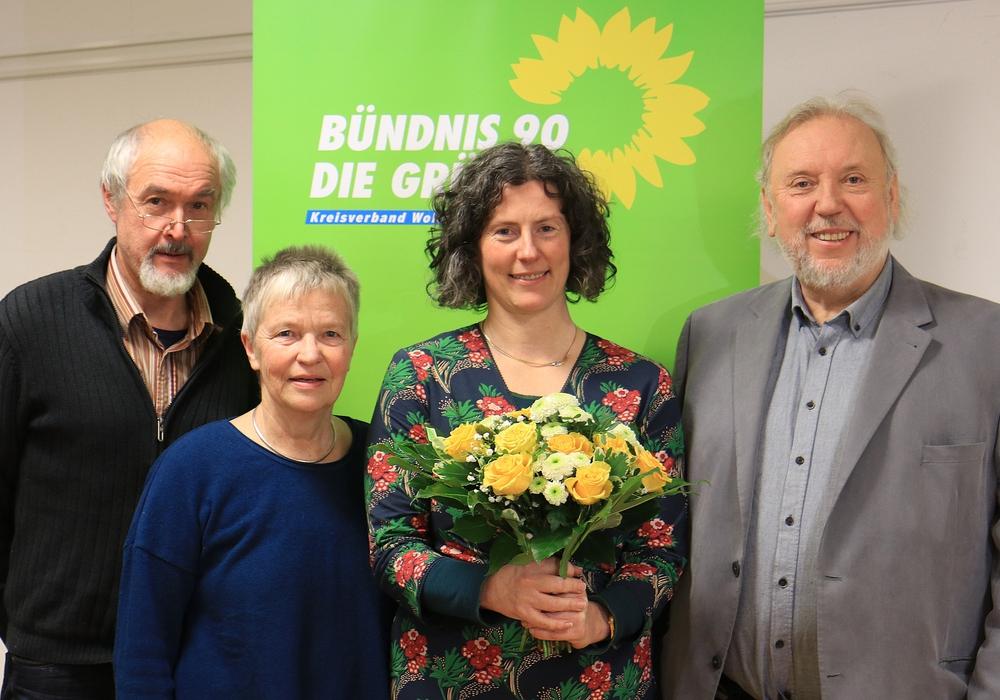Karl-Heinz Weidanz (Grüne Seesen), Christiane Wagner-Judith (Grüne KV Wolfenbüttel) und Harald Wintjen (Grüne KV Salzgitter) gratulieren Ghalia El Boustami zur Wahl. Foto: Michael Ratzkowsky