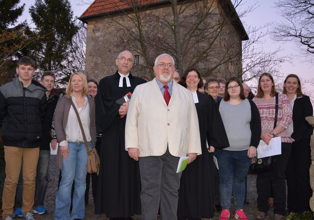 Verabschiedung von Rudi Mortsiefer (in der Mitte vorne):  Ein großes Team hatte den Gottesdienst vorbereitet. Foto: Privat