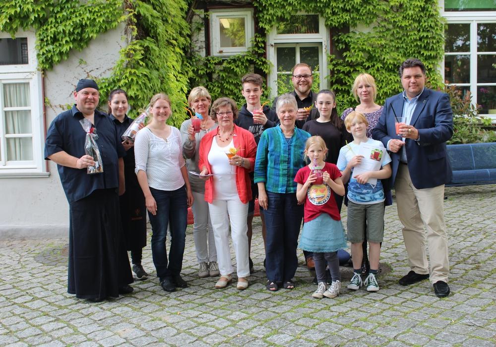 Zum Abschluss des Cocktailwettbewerbes gab es ein Gruppenfoto mit Siegern und Jury-Mitgliedern. Fotos: Alexander Dontscheff