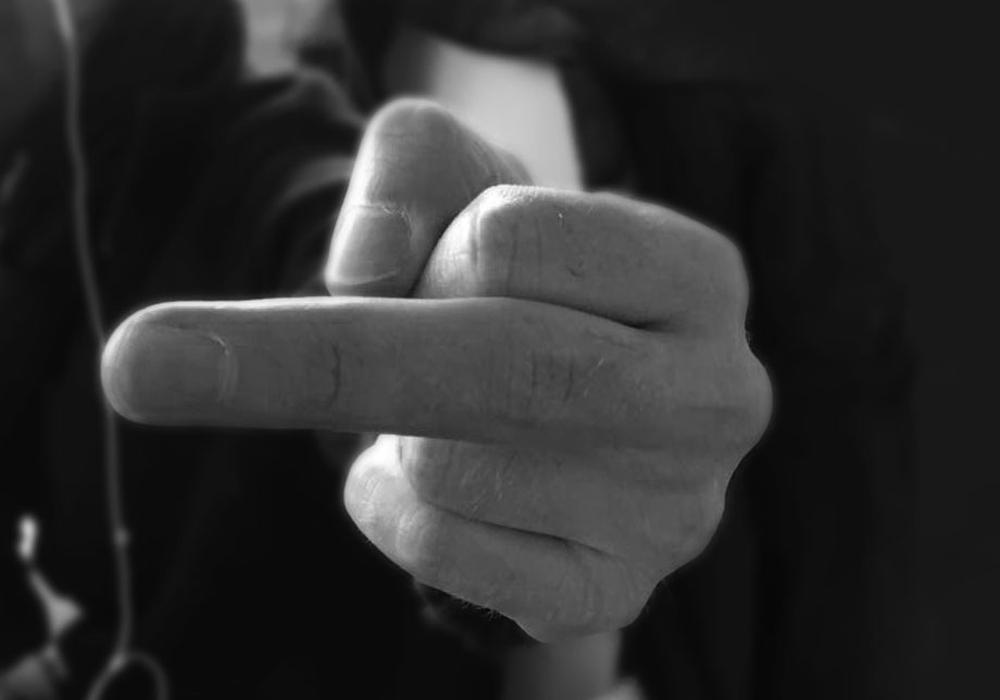 Den Polizisten habe er den Mittelfinger gezeigt. Symbolfoto: Jonas Walter