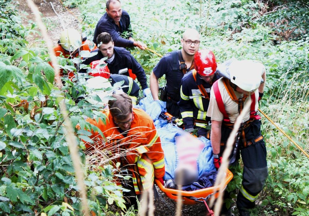 Am Burgberg war am 2. August um kurz vor halb zwölf eine Person gestürzt und musste in Zusammenarbeit mit dem Rettungsdienst aus dem unwegsamen Gelände gerettet werden, Foto: Feuerwehr Bad Harzburg
