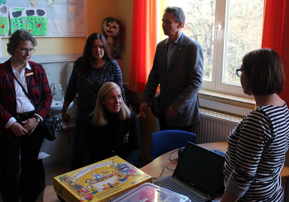 Die Mitglieder des Soroptimist Club Braunschweig ließen sich zeigen, wie die Kinder in Zukunft die deutsche Sprache lernen. Foto: Bernd Dukiewitz