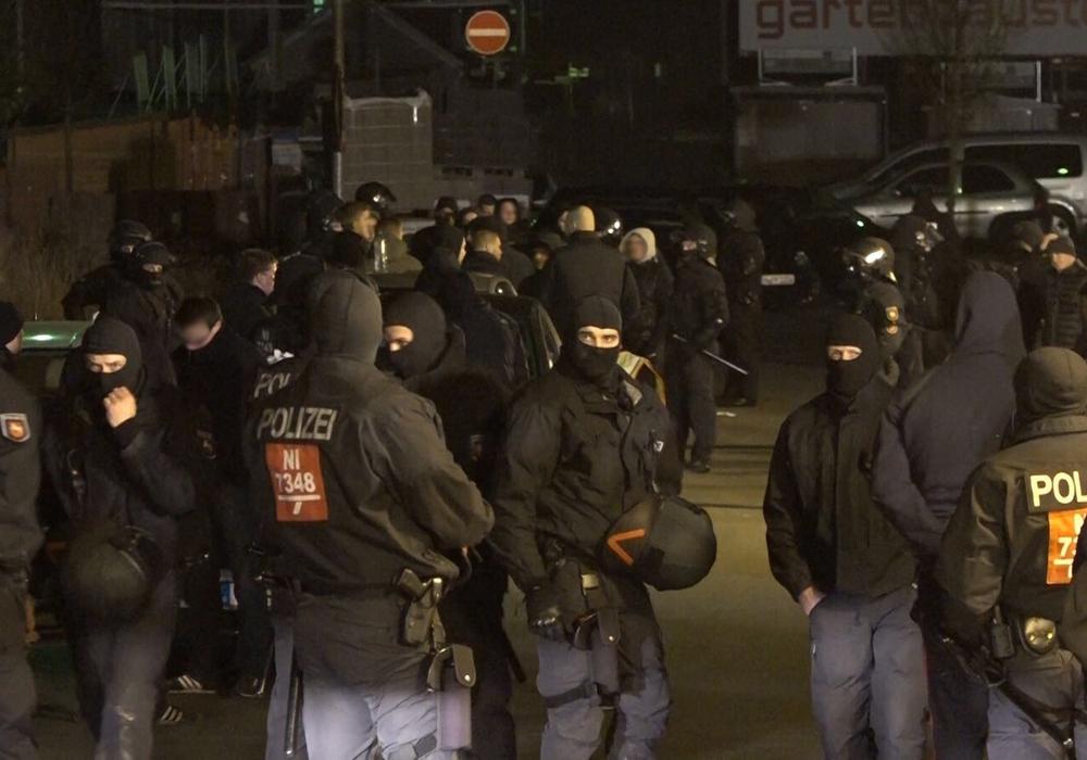 Mit einem Großaufgebot stoppte die Polizei das Vorhaben der Hooligans.