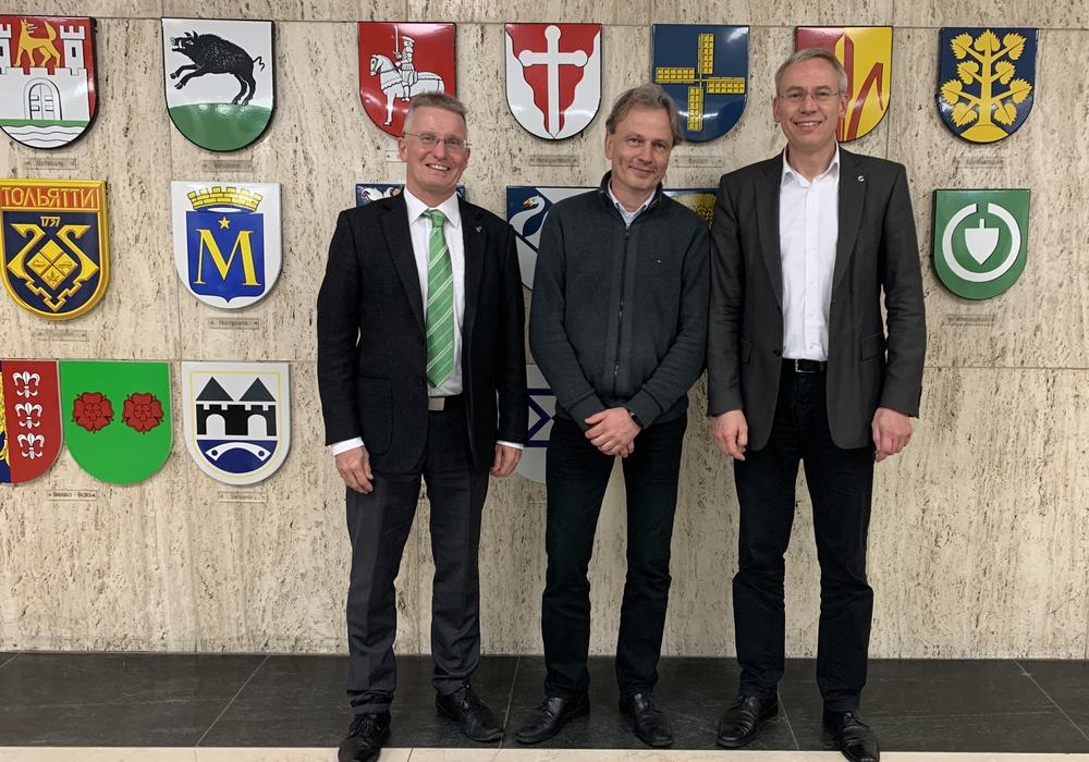 Stadtbaurat Kai-Uwe Hirschheide und WEB-Vorstand Dr. Gerhard Meier (links) mit dem Referenten Dr. Marko Siekmann. Foto: Stadt Wolfsburg