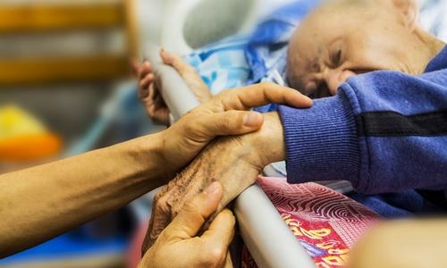 Je früher eine Parkinson-Erkrankung erkannt werde, desto mehr Lebensqualität könne man erhalten. (Symbolbild)