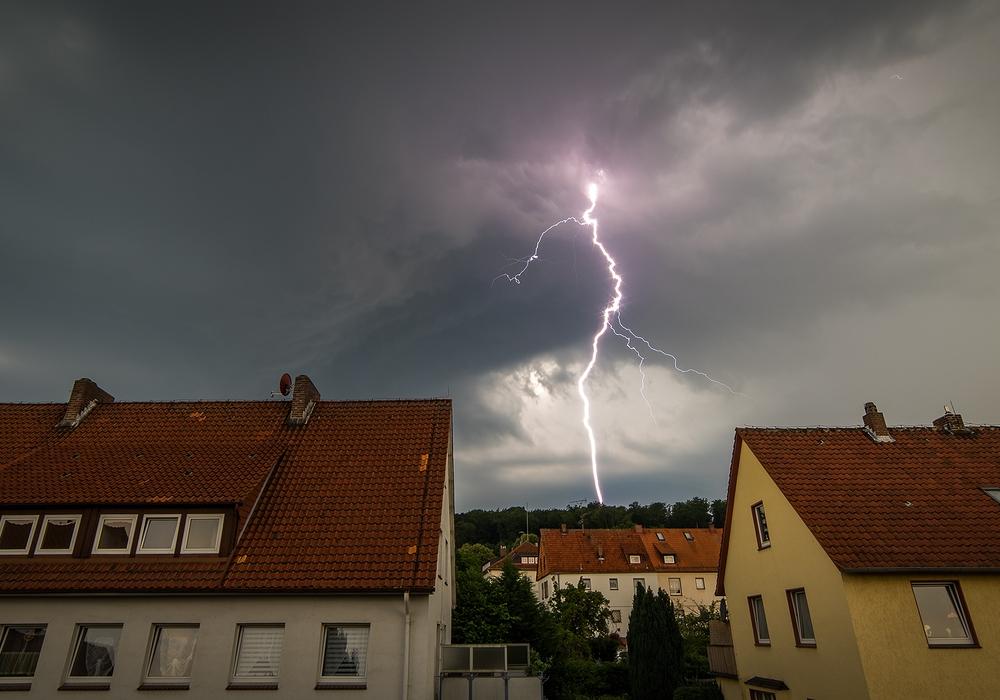 Dieses großartige Blitzfoto schickte unser Leser Enrico Gloel der Redaktion. Es entstand beim gestrigen Unwetter. Foto: Enrico Gloel