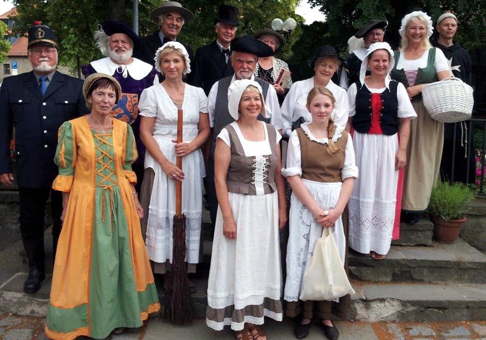 Die Theatergruppe führt durch das historische Fallersleben. Foto: WMG