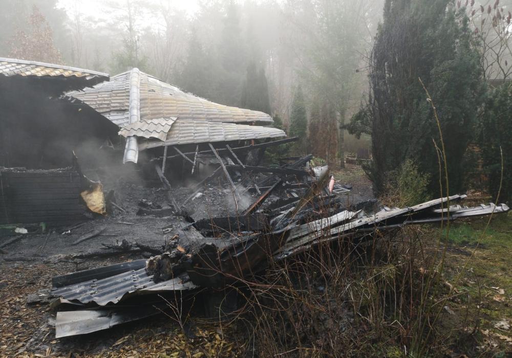 Die Holzhütte ist komplett abgebrannt. Fotos: aktuell24