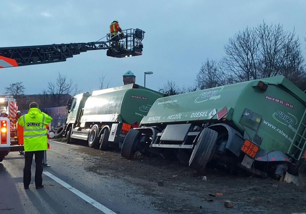 Die Einsatzkräfte beim Versuch das Zugfahrzeug und den Anhänger zu bergen. Foto: Polizei Braunschweig