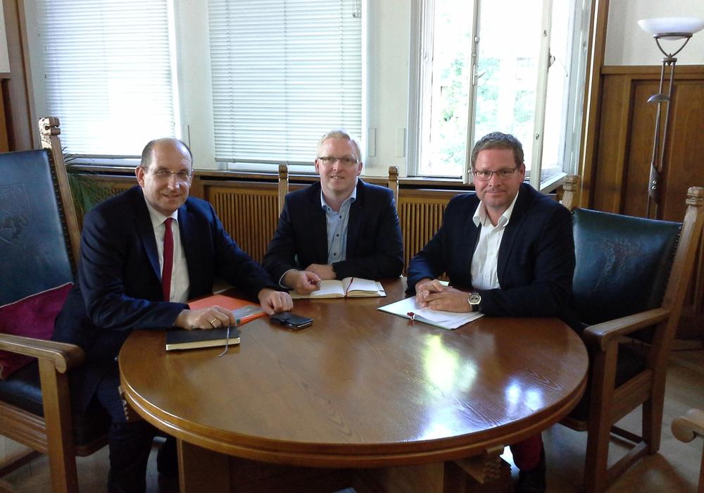 Im Austausch (von links) Matthias Wunderling-Weilbier, Falk Hensel und Marcus Bosse. Foto: privat