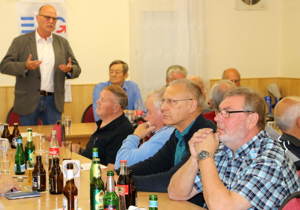 Bernd-M. Neidhart (stehend) vom Präventionsteam informierte, Volker Naujok (rechts) leitete die Diskussion. Foto: DLS