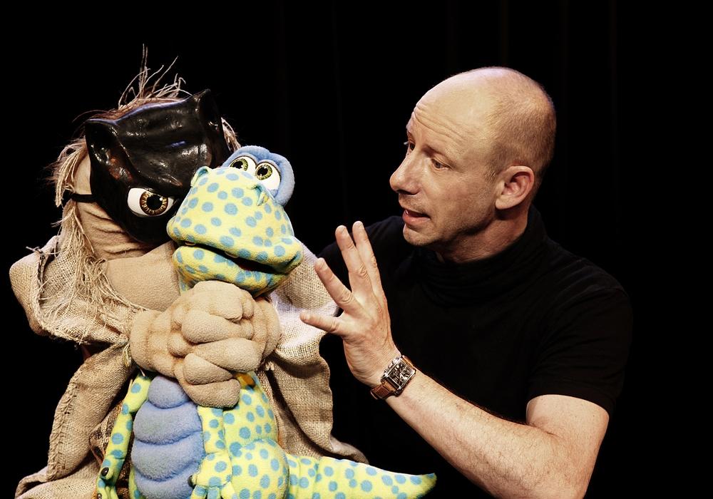 Bauchredner Benjamin Tomkins mit einer seiner Puppen. Foto: Daniela Vagt/Forum Peine