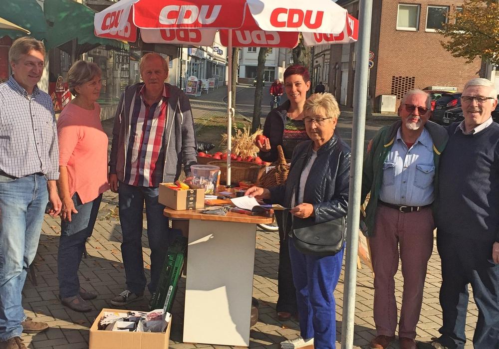 Am vergangenen Freitag verteilteÄpfel auf dem  Marktplatz Schöppenstedt. Foto: CDU