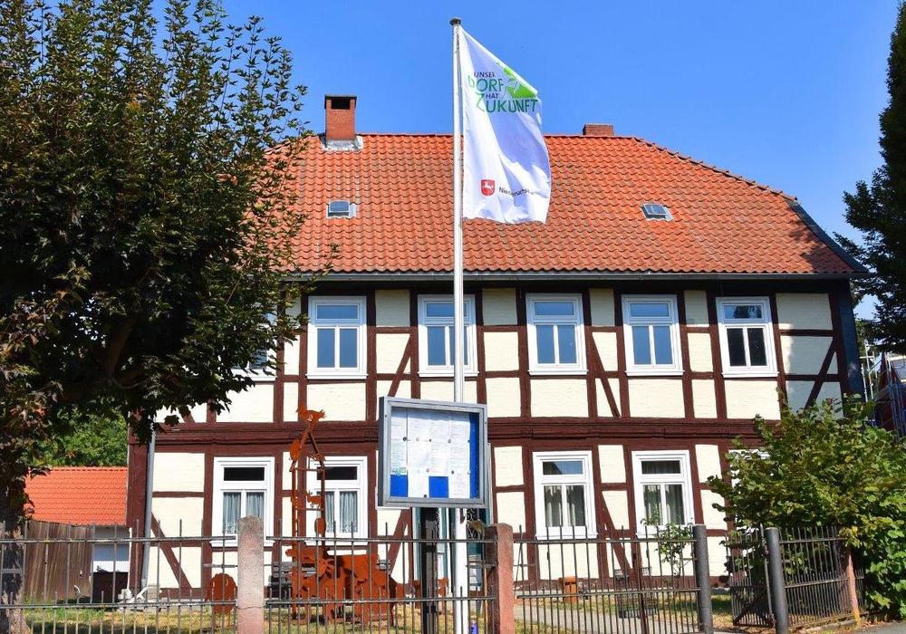 """In Winnigstedt wird die Bewertungs-Kommission zum Wettbewerb """"Unser Dorf hat Zukunft"""" mit Spannung erwartet. Die Winnigstedter haben am Gemeindehaus eine Fahne mit dem Logo des Dorfwettbewerbs geflaggt. Foto: Gemeinde Winnigstedt"""
