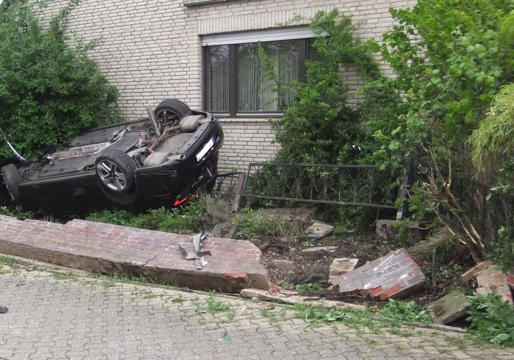 Zur Unfallursache ist noch nichts bekannt. Fotos: Feuerwehr Schöppenstedt