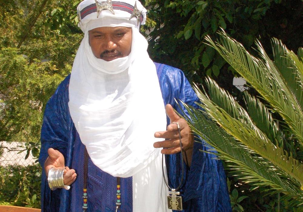 Tuareg-Silberschmied Toujani bietet seine Waren im Naturhistorischen Museum an. Der Erlös kommt Hilfsprojekten zu Gute. Foto: SNHM