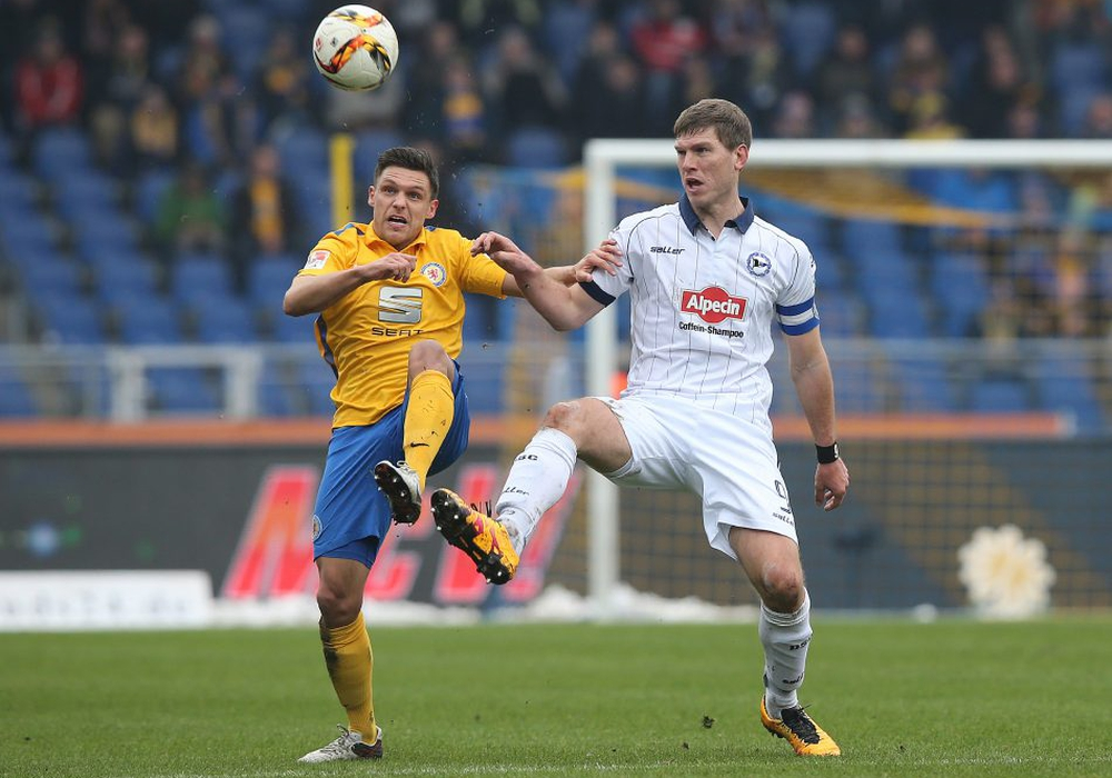 Die Spannung hochhalten: Mirko Boland gegen Fabian Klos. Foto: Agentur Hübner
