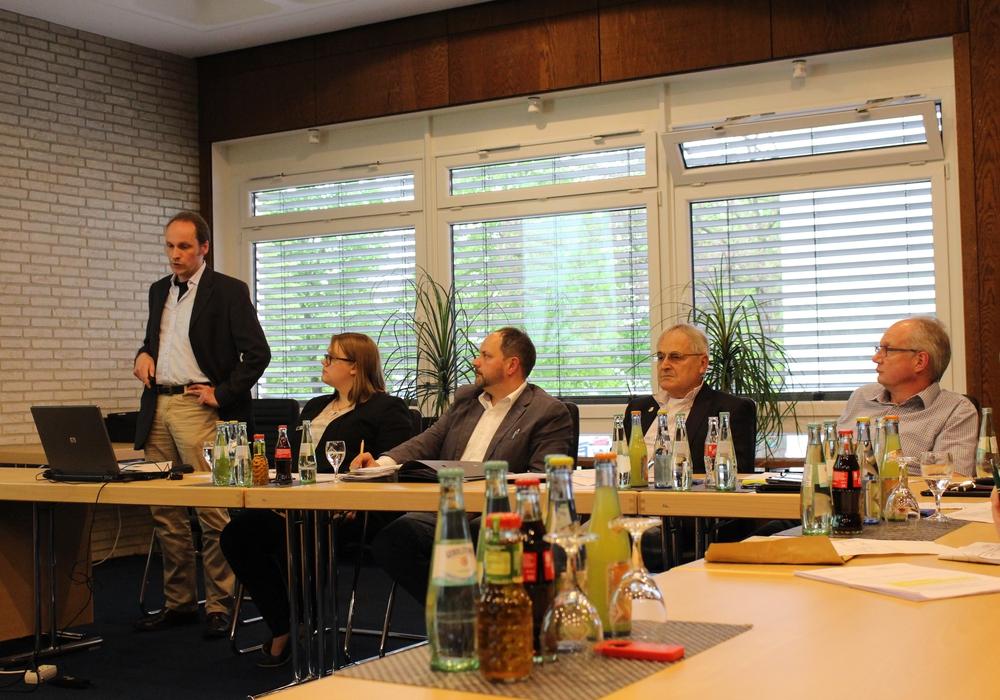 Henning Schwerdt zeigte dem Gemium die Möglichkeiten der planerischen Steuerungen auf. Foto: Eva Sorembik