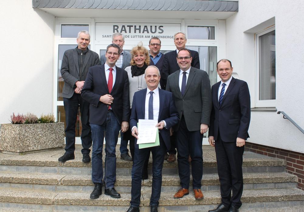 Bürgermeisterin, Bürgermeister und Landrat haben geeint den offenen Brief an die KVN unterzeichnet. (v.l.n.r.: Stefan Grote (BM Braunlage), Dr. Oliver Junk (OBM Goslar), Ralf Abrahms (BM Bad Harzburg), Britta Schweigel (BM Clausthal-Zellerfeld), Landrat Thomas Brych, Alf Hesse (BM Liebenburg), Bodo Mahns (SGBM Lutter), Ingo Henze (BM Langelsheim), Erik Homann (BM Seesen))  Fotoquelle: Landkreis Goslar