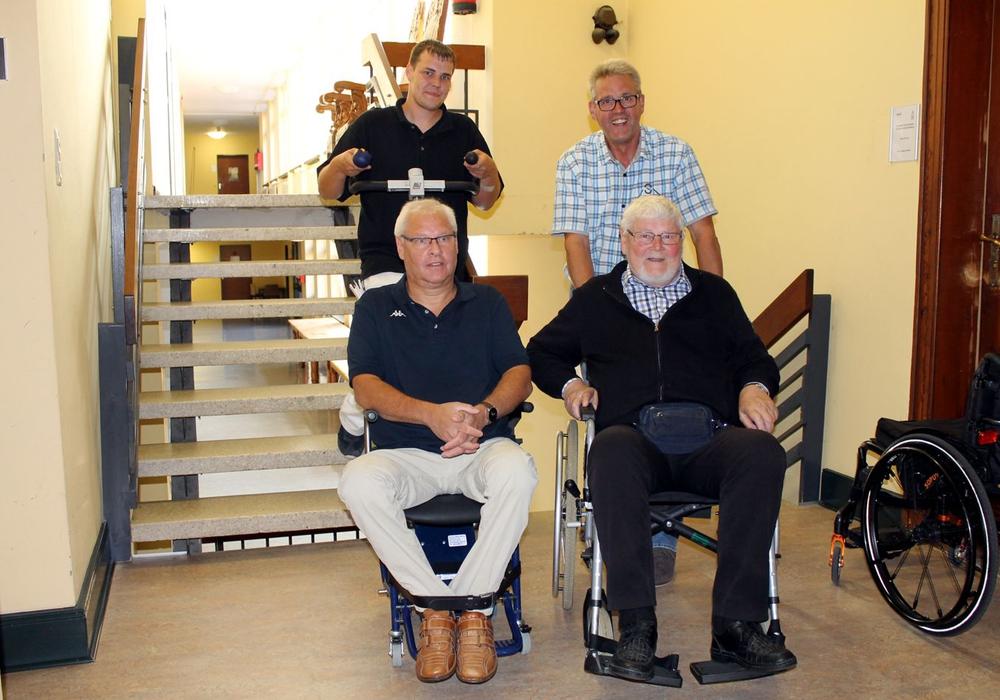 Mit Hilfe des Treppensteiggerätes gelangten die Rollstuhlfahrer Thomas Hartmann und Achim Klaffehn in den Ratssaal. Fotos: Stadt Helmstedt