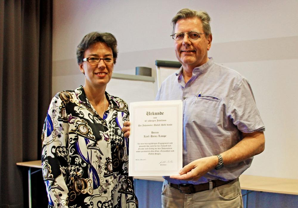 Seit 40 Jahren Johanniter -  Ein Jubiläumsabzeichen für Karl Heinz Lampe. Foto: Johanniter
