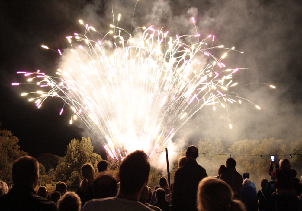 Ein rund 15-minütiges Höhenfeuerwerk bildet den atemberaubenden Abschluss der Veranstaltung. Archivfoto: Thorsten Raedlein