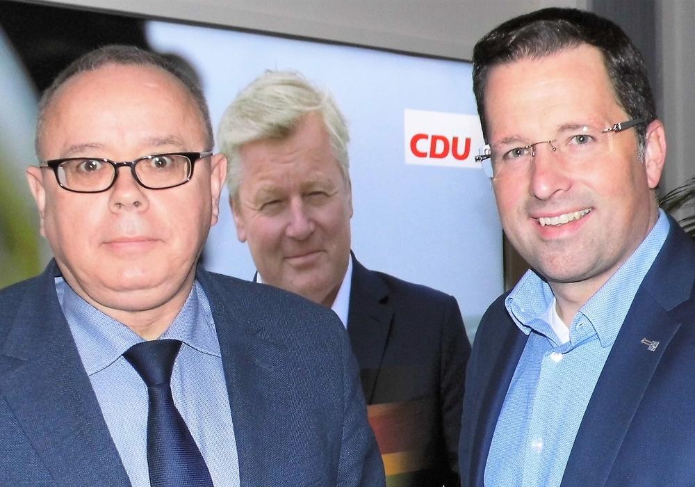 Andreas Meißler (l.), CDU-Stadtverbandsvorsitzender und Mitgliederbeauftragter im Kreisvorstand, im Gespräch mit dem zukünftigen niedersächsischen CDU-Generalsekretär Kai Seefried (r.). CDU-Vorsitzender Bernd Althusmann ist im Hintergrund auf einer Tafel abgebildet. Foto: CDU