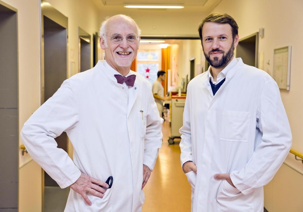 Dr. Hubertus Meyer zu Schwabedissen (li.) begrüßt seinen Nachfolger Dr. Andreas Schwitzke.  Foto: Klinikum Braunschweig/Scheibe