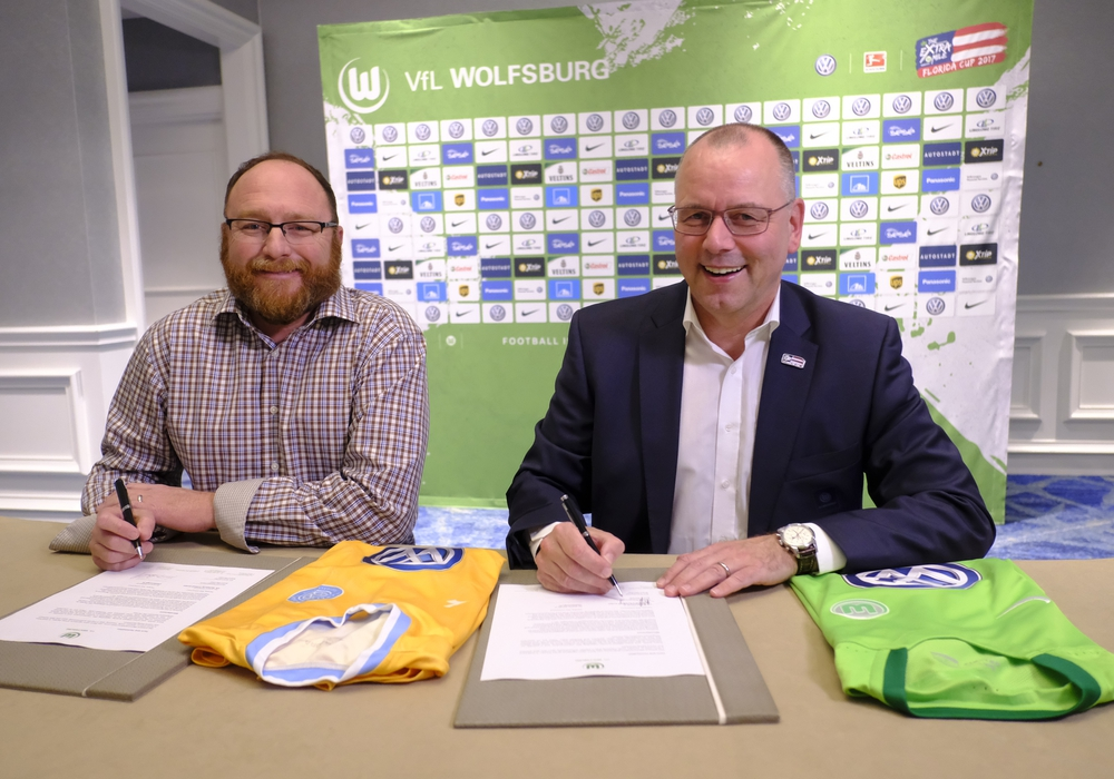 Partnervertrag zwischen Chattanooga FC´s Sean McDaniel und VfL Wolfsburg´s Thomas Röttgermann Foto: regios24/Joachim Mottl