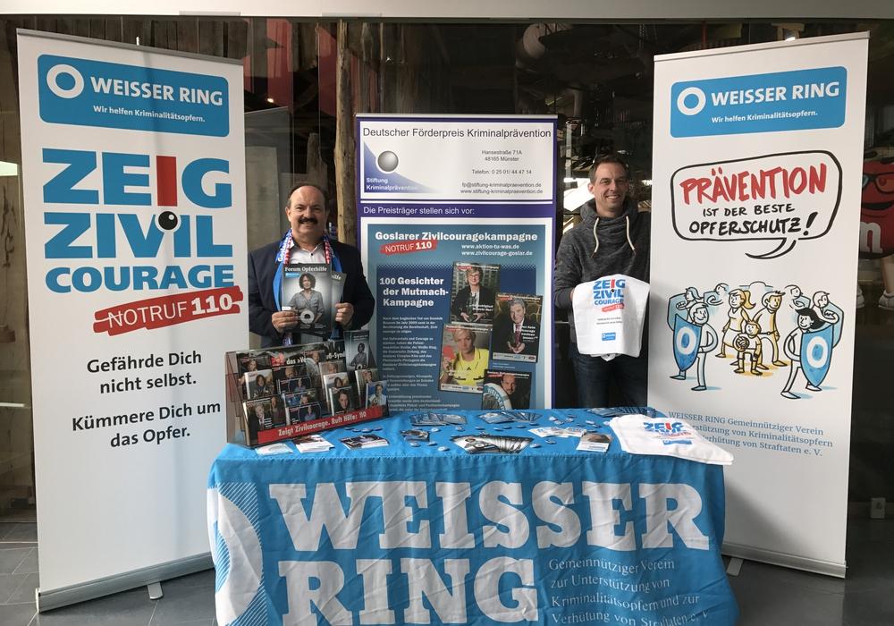 Kinobetreiber Florian Wildmann und Außenstellenleiter des Weißen Rings Günter Koschig informieren die Cineplexbesucher über die Goslarer Zivilcouragekampagne (GZK). Foto: Weißer Ring