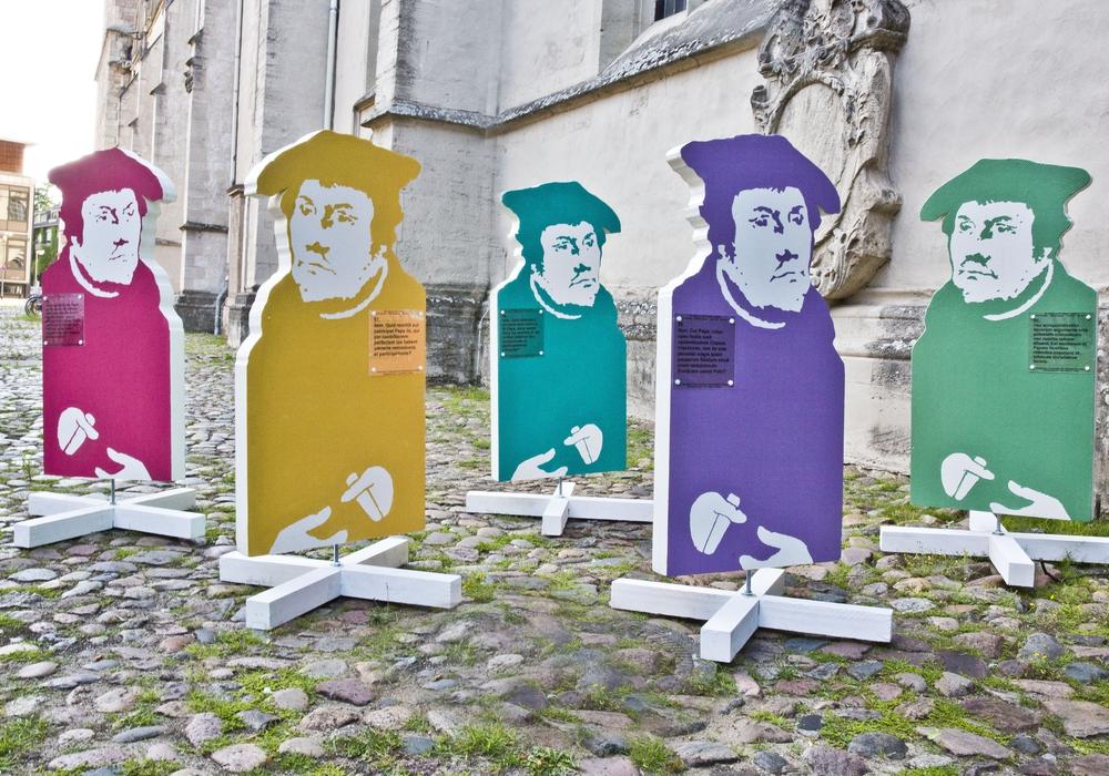 Fünf der 95 Luther-Stelen, die auf dem Schlossplatz aufgestellt werden. Foto: Stadt Braunschweig / Jörg Scheibe.